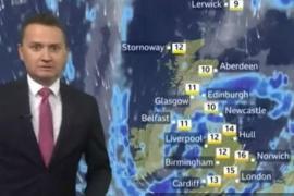 Un meteorólogo de la BBC se hace viral por su reacción a una metedura de pata con el cantante Rick Astley