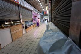 Puestos cerrados en el Mercat Nou como medida de protesta, en imágenes.