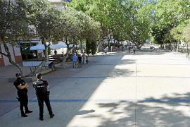 Detenido por escupir e increpar a varias personas en el paseo de Vara de Rey