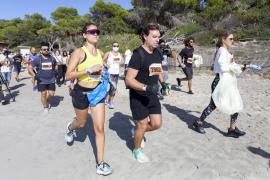 Decenas de personas se suman al 'Ibiza Plogging Tour', una gira de deporte y ecología