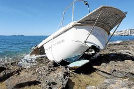 Uno de los veleros golpeados por 'Odette' se deshace en sa Punta des Molí