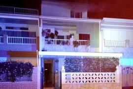 Un hombre y su hijo escapan de un fuego en la habitación del menor en Cas Serres