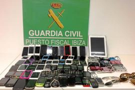 Interceptadas en el aeropuerto dos maletas con más de 70 teléfonos móviles robados