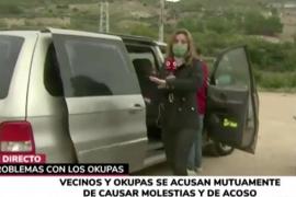 Una periodista de Telemadrid entrevista a una mujer en medio de un ataque epiléptico
