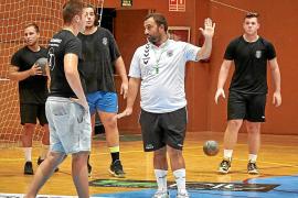 Leo Álvarez da instrucciones a sus jugadores durante un entrenamiento