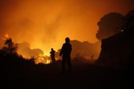 Un muerto y miles de desalojados en el incendio intencionado en Málaga