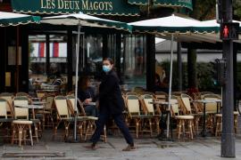 París cierra sus bares, gimnasios y piscinas por el rebrote de coronavirus