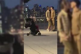 Una pareja enseña a su bebé a que les saque fotos con el móvil