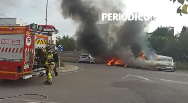 Un incendio con explosiones calcina tres coches en Sant Antoni