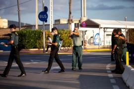 El traslado a Ibiza de los 14 migrantes de la patera interceptada, en imágenes.