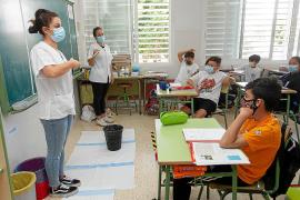 Las enfermeras Cati Escandell y Belén Ortiz explicaron de forma original y efectiva el uso de la mascarilla, la distancia de seguridad y como mantener las manos limpias