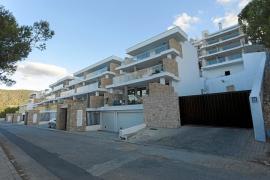 Denuncian la construcción de terrazas no proyectadas en las azoteas de Vadella 64