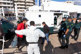 Tres positivos en Covid-19 entre los inmigrantes llegados en patera a las Pitiusas
