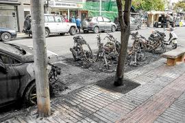 La Policía investiga un incendio que calcinó cinco motos y un turismo en la avenida España