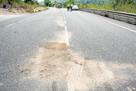 Fallece un motorista de 45 años al chocar contra un camión en la carretera de Sant Josep