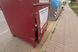 Fuerzan un contenedor de recogida de ropa de Cáritas en Santa Eulària