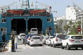 Imagen de archivo de un barco cargando coches para ir a Formentera
