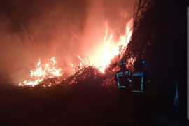 Los bomberos extinguen dos aparatosos incendios declarados en Cala de Bou