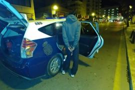 Dos detenidos 'in fraganti' mientras robaban en un comercio de Palma