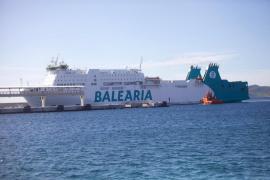 Llega a puerto el ferry de Baleària parado durante horas cerca de Ibiza tras sufrir una avería