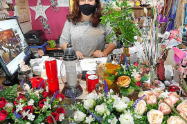 Las floristerías sufren las medidas impuestas para acudir a los cementerios en Tots Sants