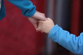 Más de 1.000 niños y adolescentes en España viven en familias sin una vivienda habitual, según Cáritas