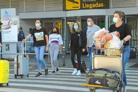 Llegada de pasajeros a Ibiza para pasar el puente con la familia