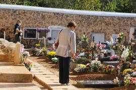 Las mejores imágenes del día de Tots Sants en los cementerios de Ibiza. (Fotos: M. Sastre / I. Arango)