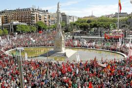 Una Cumbre Social multitudinaria exige al Gobierno que retire su «política suicida»