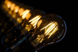Los hogares pagan cerca de 85 euros menos por la luz en lo que va de año