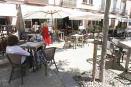 Vila permitirá a los bares colocar mesas y sillas en plazas de aparcamiento