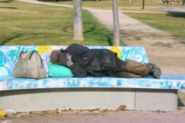 Un hombre se quita los pantalones y se los da a un vagabundo que temblaba de frío