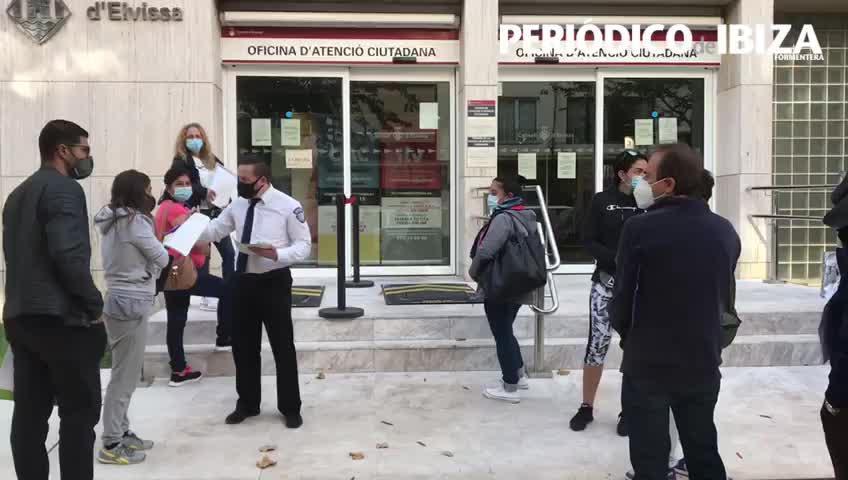 Largas colas de espera para acceder a la Oficina de Atención Ciudadana