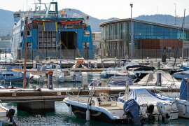 Un ferri de Baleària atracado en el muelle comercial del puerto de Sant Antoni