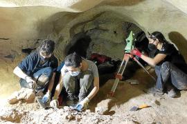 Los arqueólogos vuelven a buscar restos humanos en la cueva de La Mola