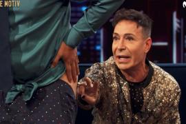 Andreu Buenafuente muestra sus nalgas al Maestro Joao para que le lea el futuro