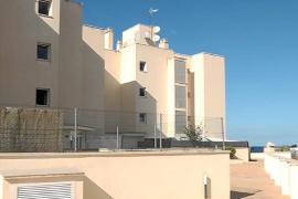 El Consell de Ibiza defiende a las familias de un edificio de Cala de Bou
