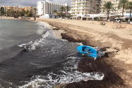 Una embarcación encalla en la playa de Santa Eulària debido al mal tiempo