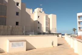 El Consell de Ibiza exige a la propiedad del edificio de Cala de Bou que renueve a los inquilinos por siete años
