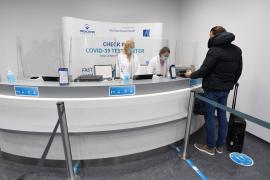 Armengol sostiene que las PCR serán obligatorias en los vuelos nacionales