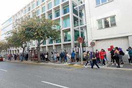 Colas registradas la semana pasada junto al Consell d'Eivissa para solicitar las ayudas