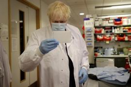 La vacuna de Oxford es segura y provoca respuesta inmune en mayores sanos, según un estudio en 'The Lancet'
