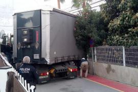 Un camión de gran tonelaje queda atrapado durante 4 horas en un cruce de Ibiza