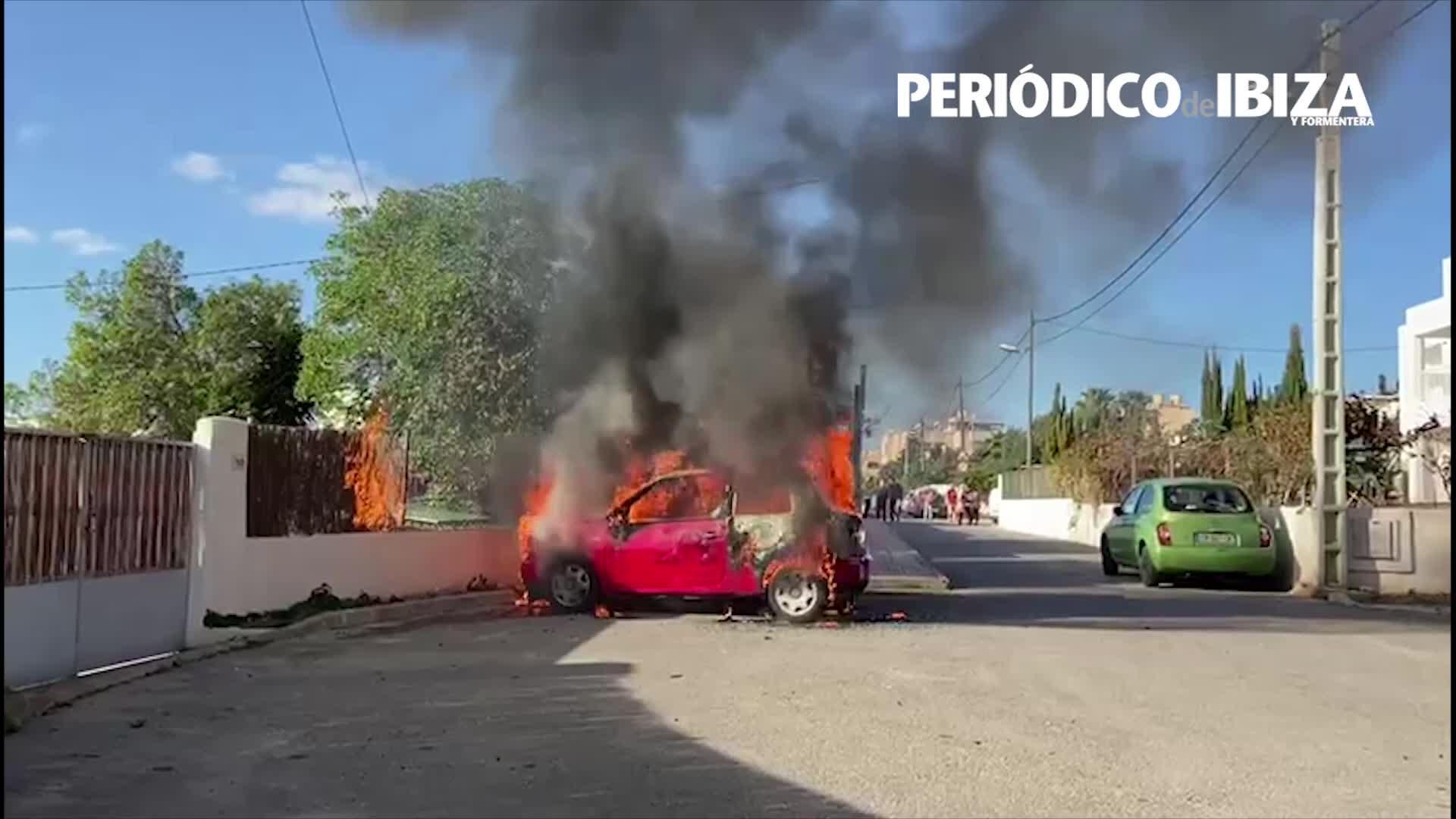 Un aparatoso incendio devora un turismo y una moto en Jesús