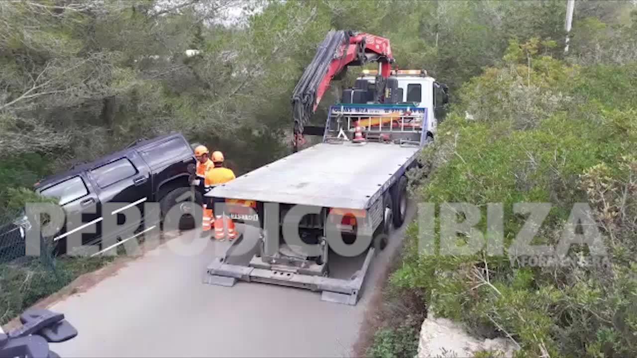 Herido tras sufrir una aparatosa salida de vía con un Hummer en Ibiza
