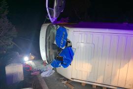 Rescatan al conductor de una furgoneta que volcó en la Mola