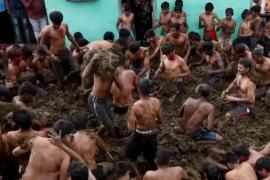 La Tomatina con excrementos: una ciudad de India se tira boñigas de vaca como parte de una fiesta religiosa