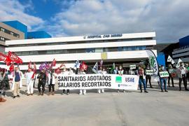 Protesta de los funcionarios que tuvo lugar ayer en la puerta del hospital Can Misses