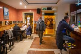 El Govern rectifica y no exigirá el DNI a los clientes en el interior de bares y restaurantes