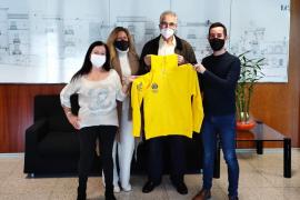 El Consell entrega 100 chaquetas deportivas a la asociación de Voluntarios de Ibiza